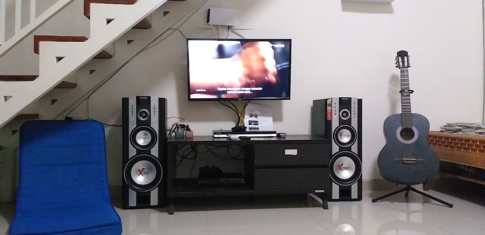 Ruang keluarga dilengkapi internet wifi, TV kabel, TV LED,  DVD player dan 2 mic karaoke serta gitar, Playstation favorit. Ditambah DVD film terbaru dan karaoke.