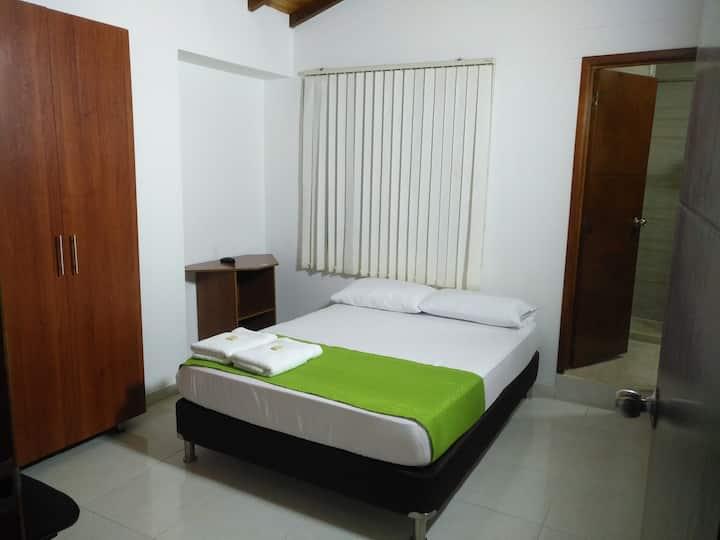 Confortable habitación, baño privado, bien ubicada