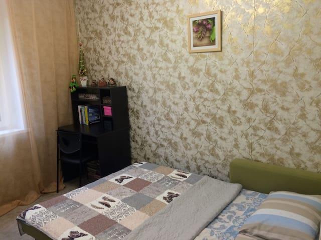 Комната  рядом с метро для девушки