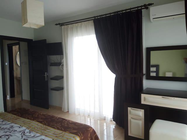 Спальня 2 этаж. Есть второй телевизор