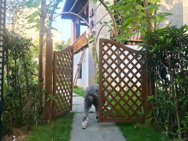 院门和七岁古牧