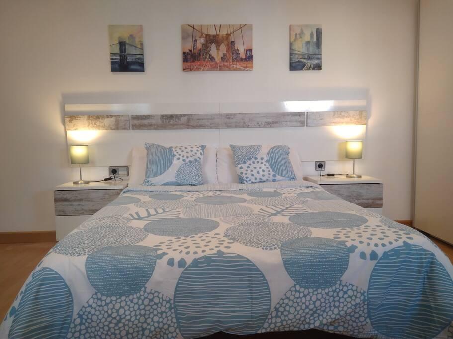 Gran dormitorio con cama doble