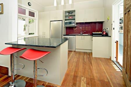 Spacious Living, Fantastic Location! - Auckland - Ház