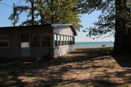 Family Cottage on Pelee's prettiest beach!