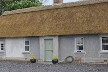 Private IrishThatch cottage 5* country modern 4px