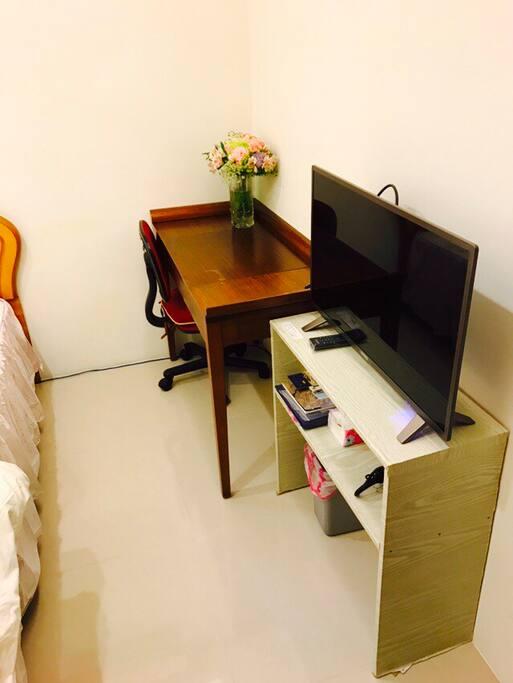 雙人床、書桌、電視、衣櫥,都是屬於你的個人空間。 your room with double bed, TV, desk, wardrobe and private bathroom