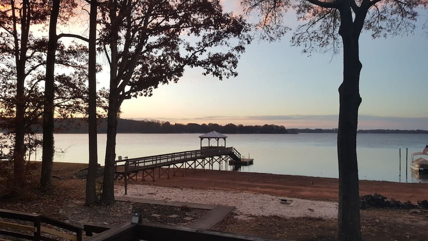 Stunning Lake Front Property with Beach & Hot Tub - Mooresville - Hus