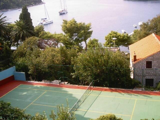 Villa & tennis court