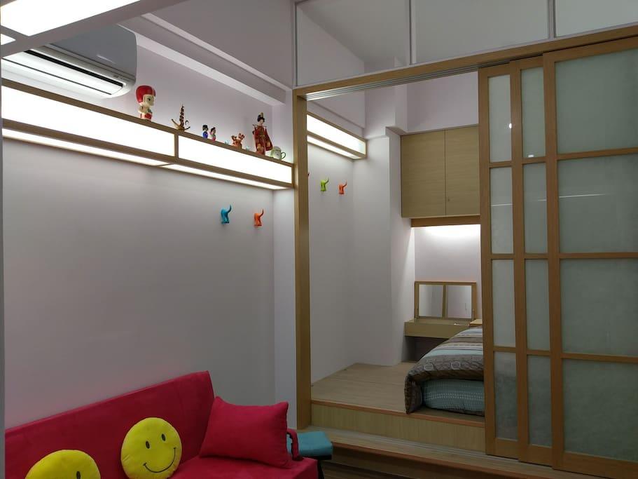 客廳燈源裝飾.造型掛衣架.冷氣機及下層臥室玻璃橫拉門和化妝檯