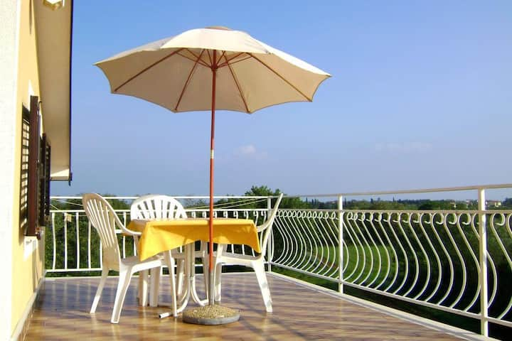 Cheap apartment in Bašanija with terrace