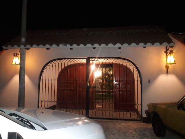 Amplia y acogedora casa a 5 min de la playa.