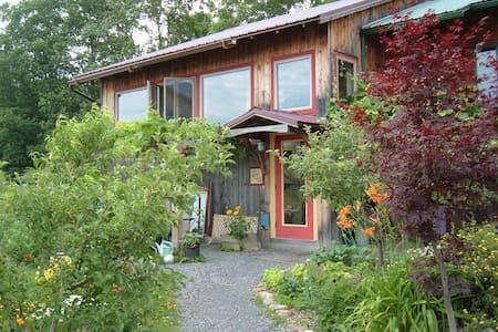 Wildflower Room - rural, near town - อีทากา