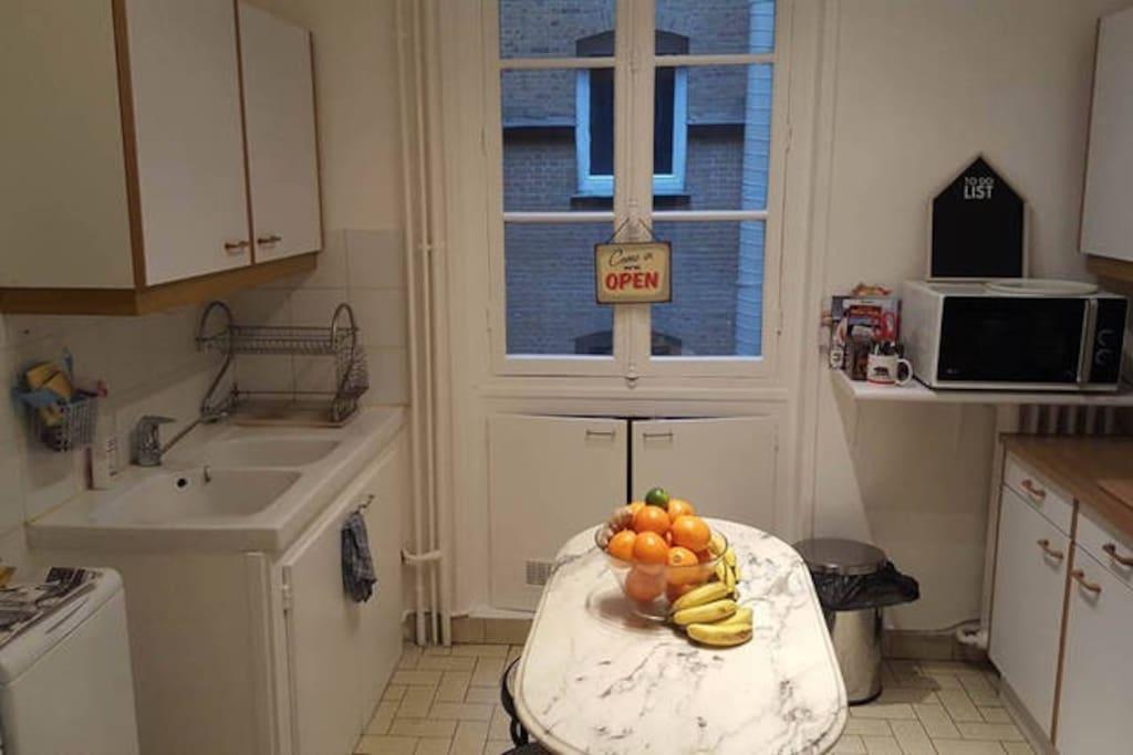 La cuisine ! avec machine Nespresso, four, grille-pain, bouilloire, et lave linge.