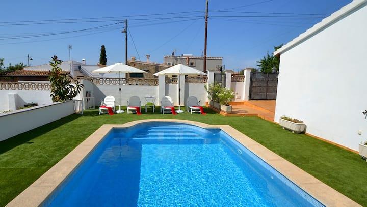 Preciosa y confortable casa. Jardín/piscina/wifi