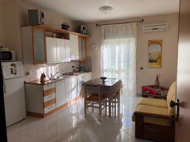 Ampio spazio con cucina soggiorno con aria condizionata ed un divano letto