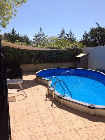chambre lumineuse dans maison avec piscine - Rognac - Maison
