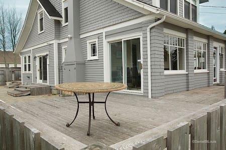 Seaside Cottage, sleeps 8, pool, AC - Grande-Digue - Cabin