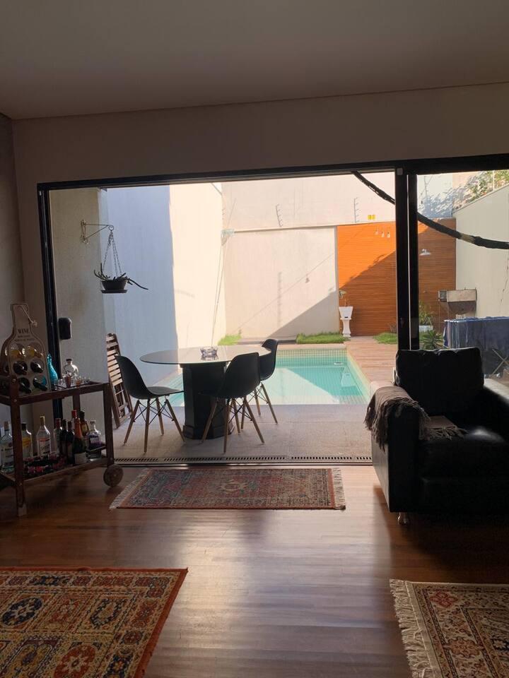 Quarto em casa com piscina prox. a Gleba Palhano