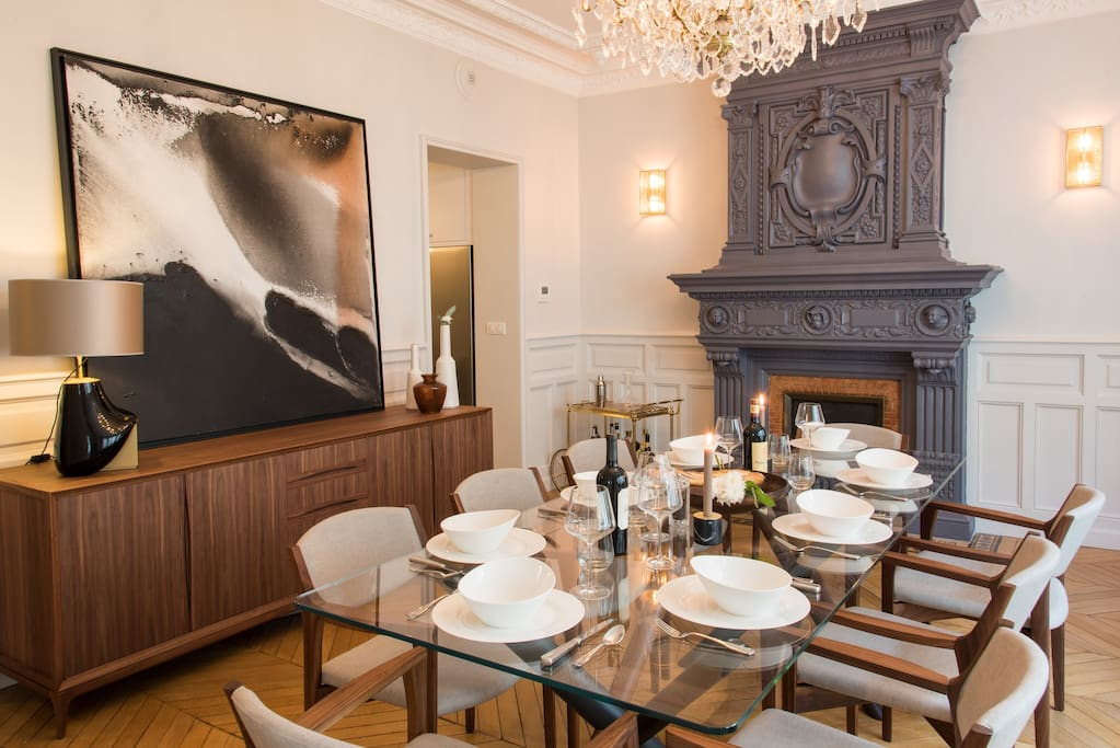 Dining room, historic chandelier, entertain friends like a true Parisian.
