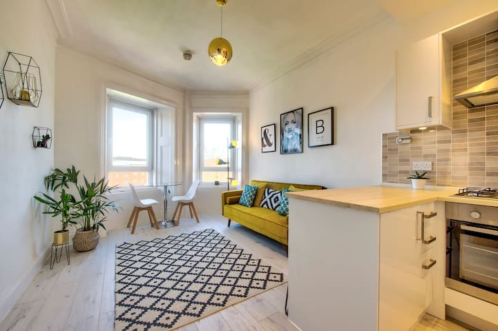 STUNNING 2 BED APARTMENT IN THE HEART OF WEST END