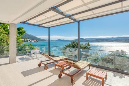 Spacious  4BR Seafront Villa w/ private beach