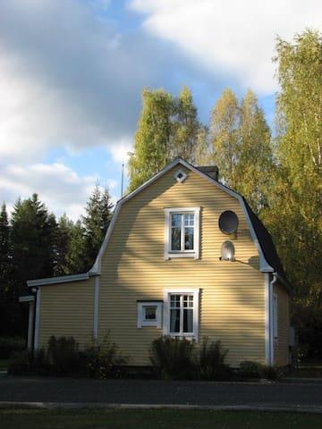 Das gelbe Ferienhaus in Brattmon Sysslebäck - Brattmon - Rumah