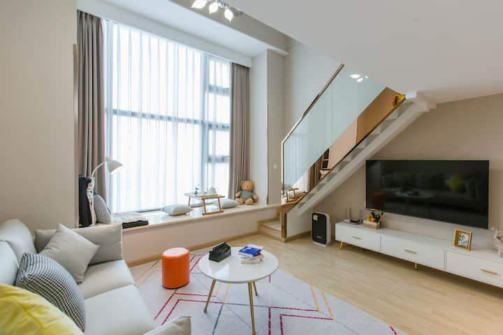[远洋外摊壹号乐多民宿]一线无敌江景Loft,超大落地玻璃墙,环境优雅舒适。1.8大床+1.5小床