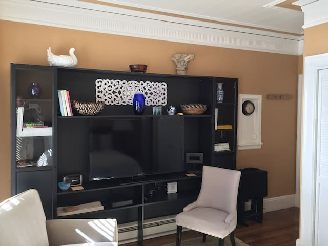 Living space includes set of TV trays.