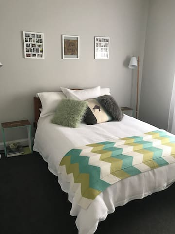 Double bedroom, private bathroom,  common areas. - Palmerston North - Bed & Breakfast
