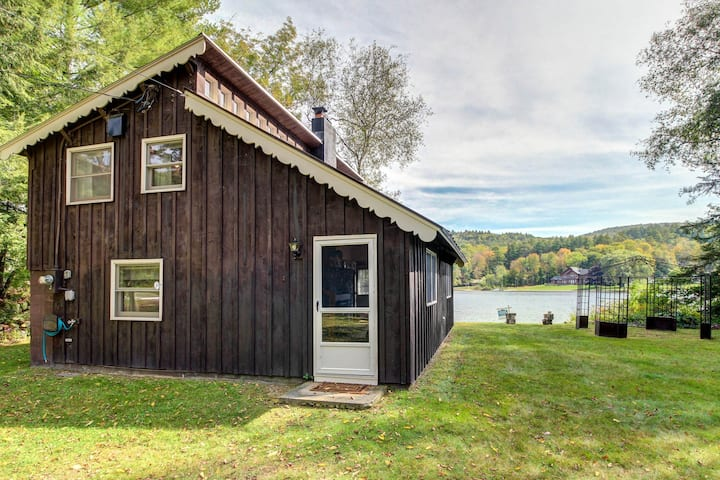 Charming waterfront cottage on Echo Lake - 2 dogs welcome!