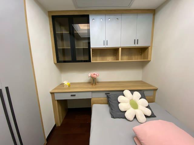 1.4塌塌米床,乳胶床垫,软糯舒适,床头书桌可以办公