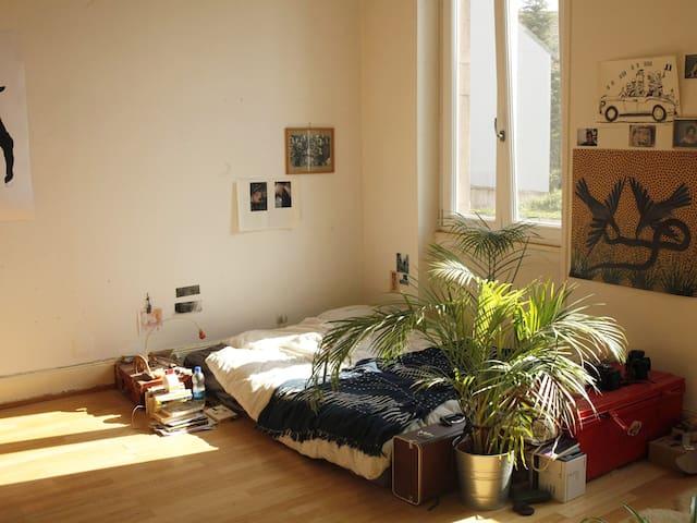 Grande chambre confortable
