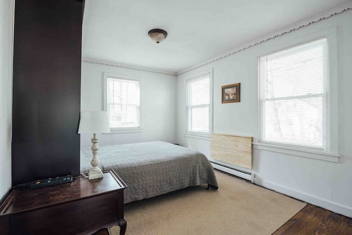 Front bedroom with Queen sized Murphy Bed.   For home office, lift bed and raise  wall-mounted desk.