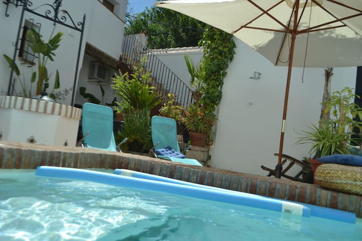 BBQ, Sunny patio, Swimming pool. Albaicin.