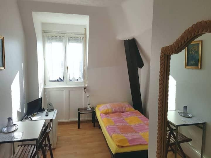 Petite chambre meublée sans service hôtelier P