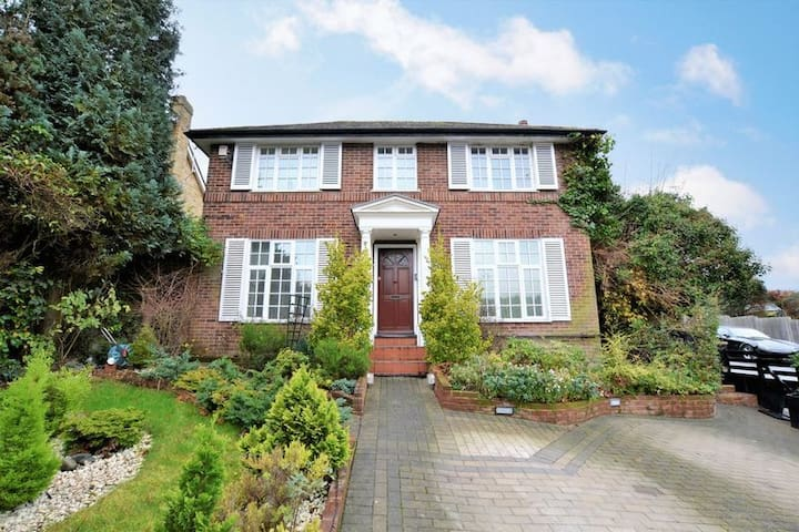 Large Family Home with Pool, Hot Tub, Gym & Sauna