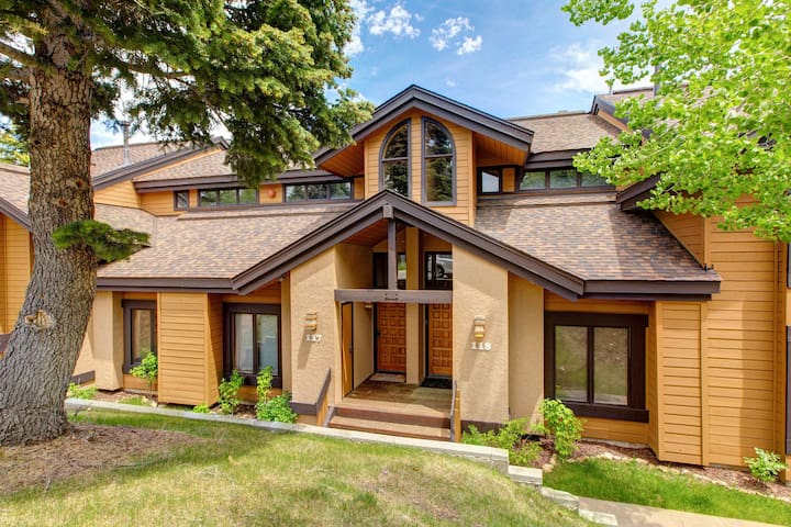 Cozy ski-in/ski-out townhome w/ a shared pool, hot tub, tennis, & more!