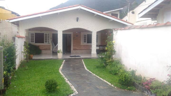 Casa com amplo espaço, perto da Praia do Lázaro