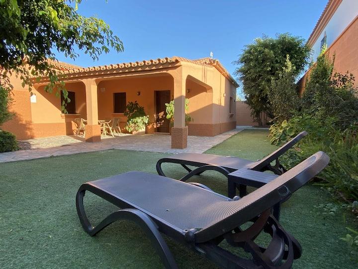 Casa con jardín privado para hasta 7 personas y piscina compartida