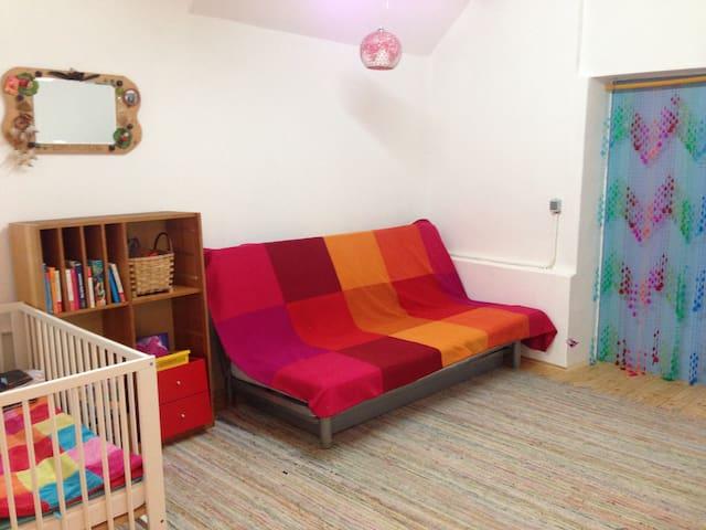 Aufenthaltsraum mit ausklappbarem Sofa und SAT-TV