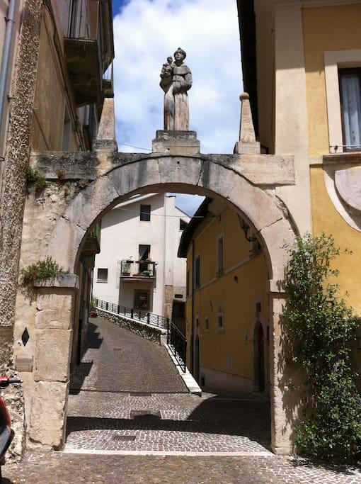 Uno degli archi d'ingresso al centro storico