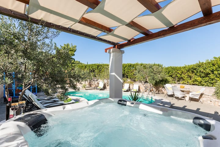 Luxsury house with pool,hot tube,tranpolin,8 peopl