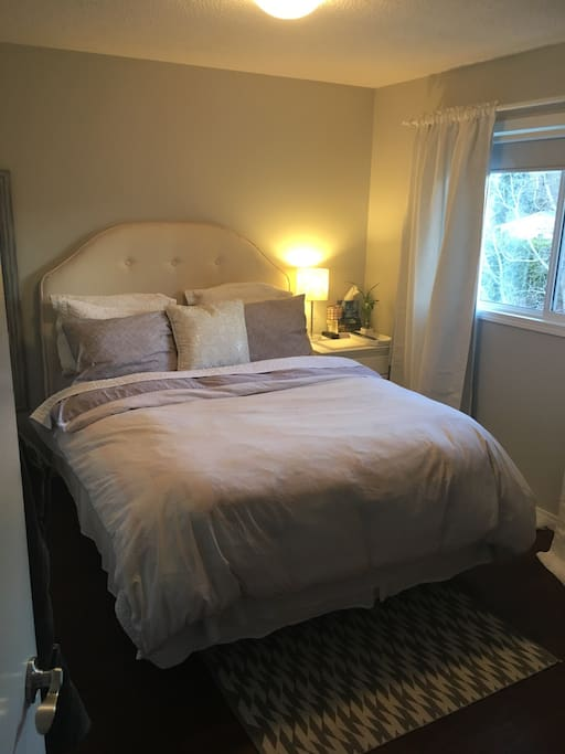 Very comfortable queen sized bed, with coverlet and duvet.