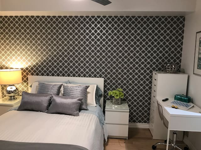 Independent entrance bedroom with double bed (built-in drawers), night tables and desk.