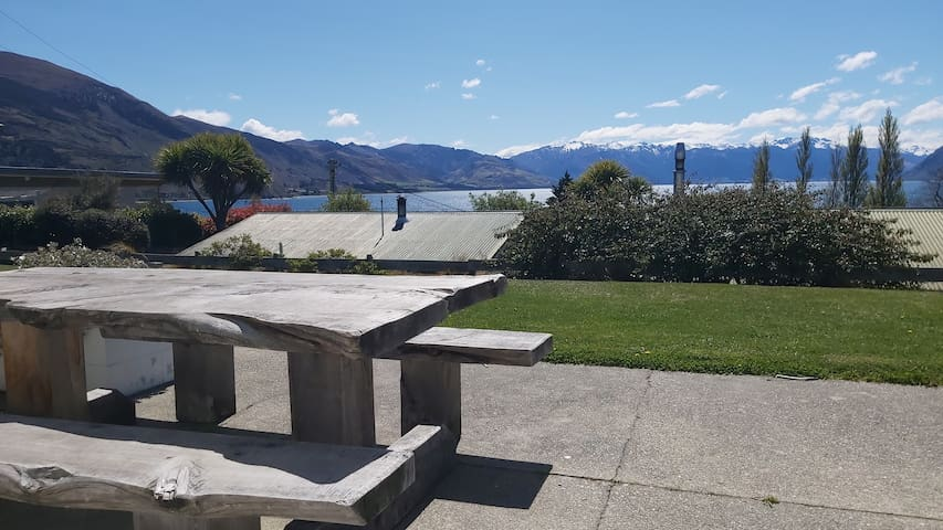 52sq Hawea apartment, Mountain & lake views!!