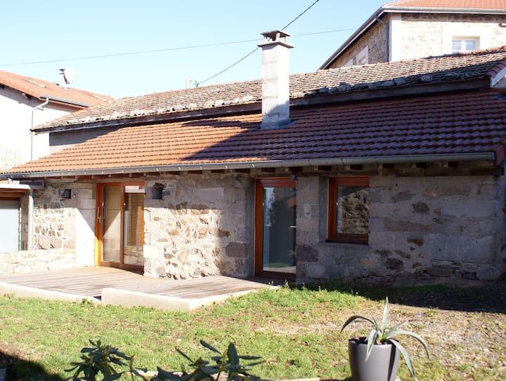 Maisonnette calme, terrasse, très beau village