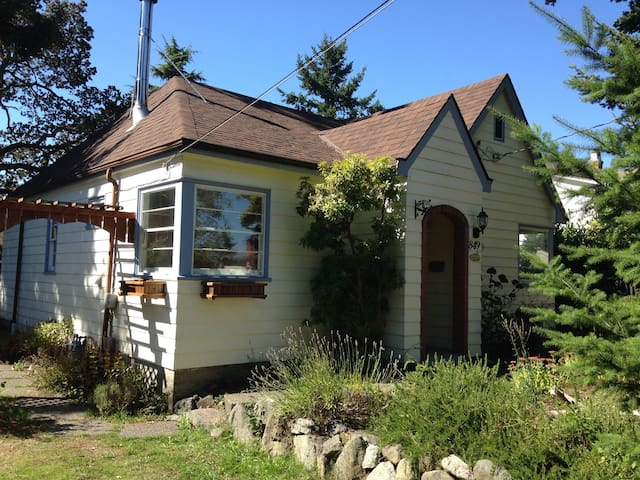 Cute house with sunny backyard - Victoria - Ev