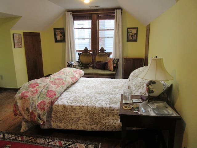 Cozy & Thrifty - Yellow Room (close to downtown)