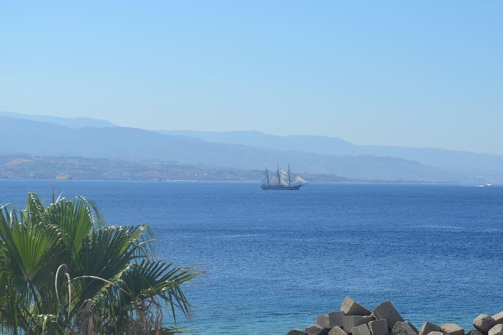 La prua della barca taglia in due il mare ma il mare si riunisce e rimane sempre uguale e tra un greco, un normanno, un bizantino io son rimasto comunque siciliano. (Lucio Dalla)