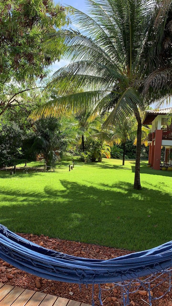 Apt amplo, térreo com jardim na Praia do forte